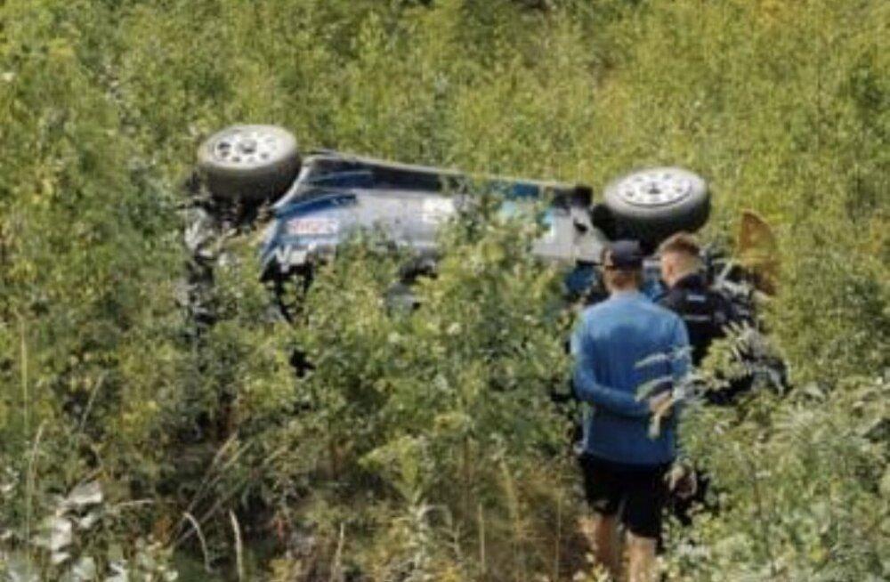 FOTOD | KARM! Esimest päeva Fordi testinud Hayden Paddon käis kohe üle katuse ja võib Soome rallilt eemale jääda