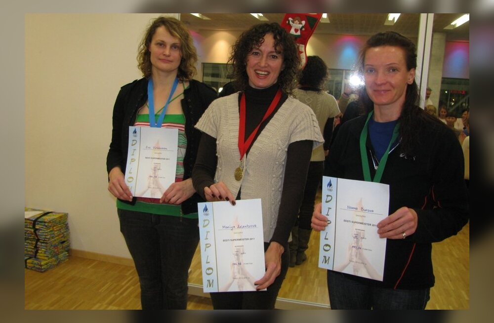 Naiste supermeistrid Eve Virkkunen, Maria Zelentsova ja Nonna Burova, ujumine