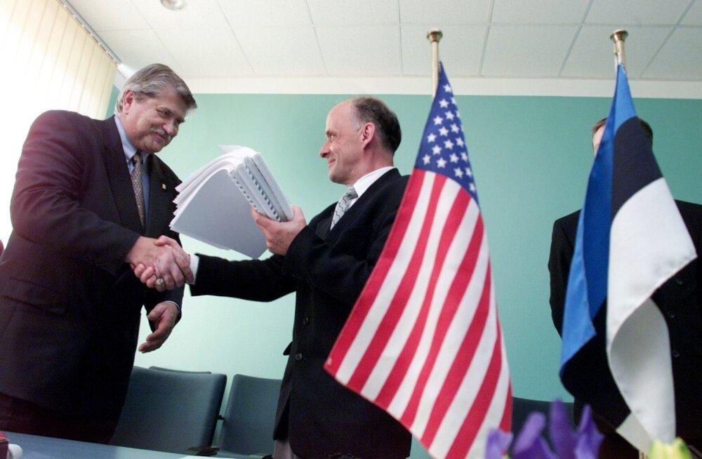 Eesti Energia ja Dominic Freely koostöö algus ulatub 15 aasta tagusesse aega, kui Eesti majandusminister Mihkel Pärnoja ja USA energeetikaettevõtte NRG Energy asepresident Ron Will (vasakul) allkirjastasid Narva Elektrijaamade müügilepingu.