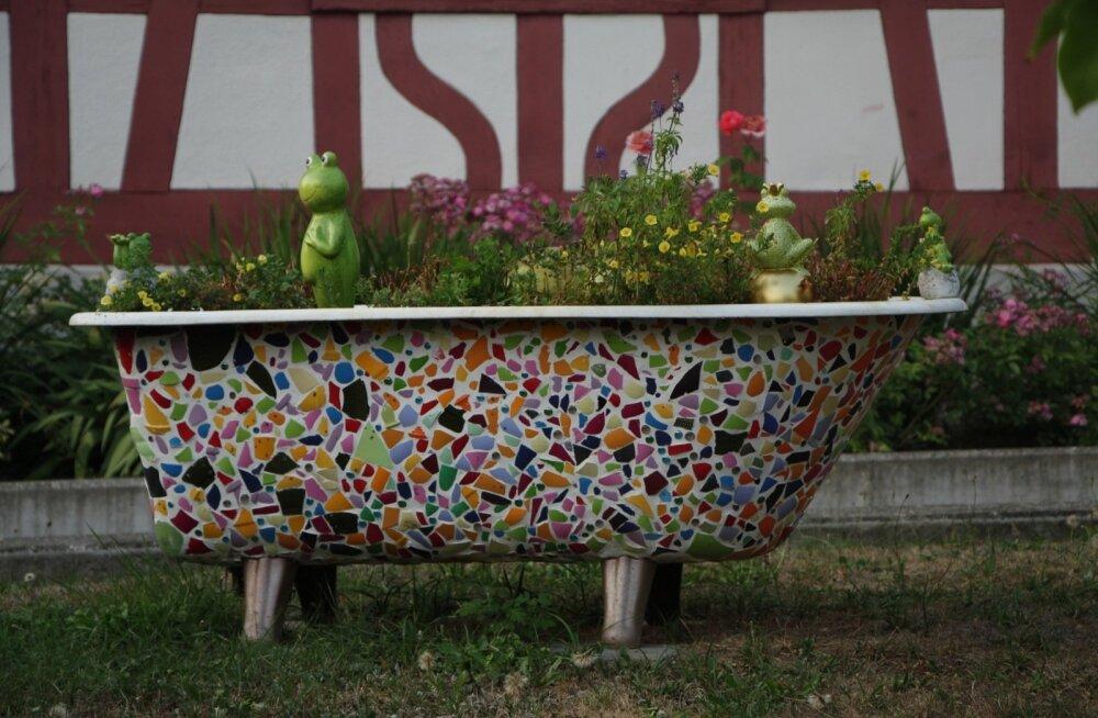 Vana vann on saanud uue ilme mosaiiktehnikaga. Nüüd on tema ülesandeks lilli kasvatada.