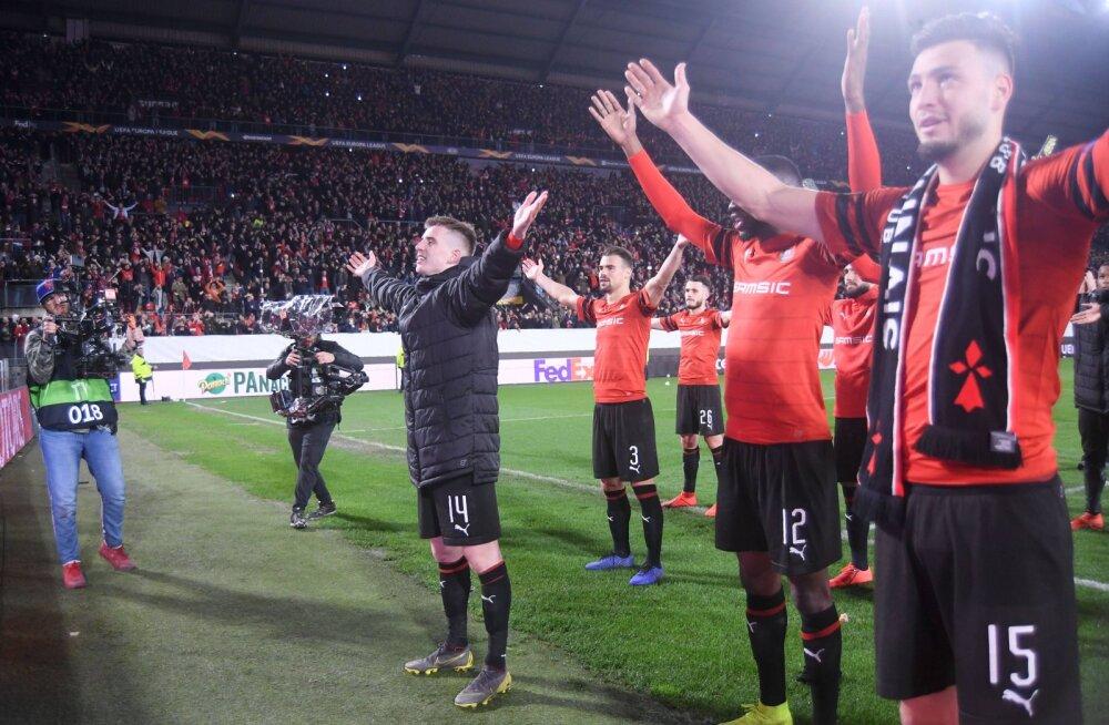 Rennesi mängijad tänavad publikut