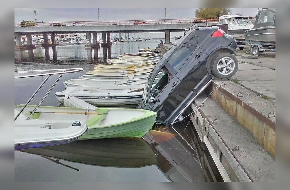 Pirital sõitis auto jõkke
