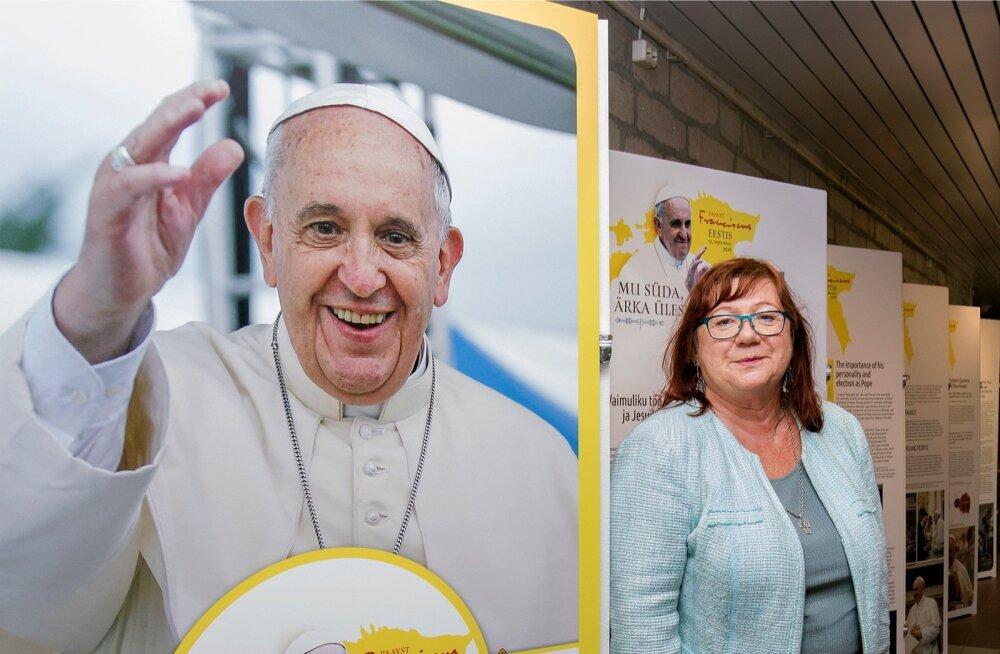 Paavst Franciscuse tuleku eel on Eesti Rahvusraamatukogus kokkuvõtlik näitus, kus saab ülevaate paavsti elust ja tegevusest. Helle Helena Puusepp ütleb, et paavsti erilised huvid on jalgpall ja tango, kuid samuti huvitavad teda väikesed eripalgelised riig