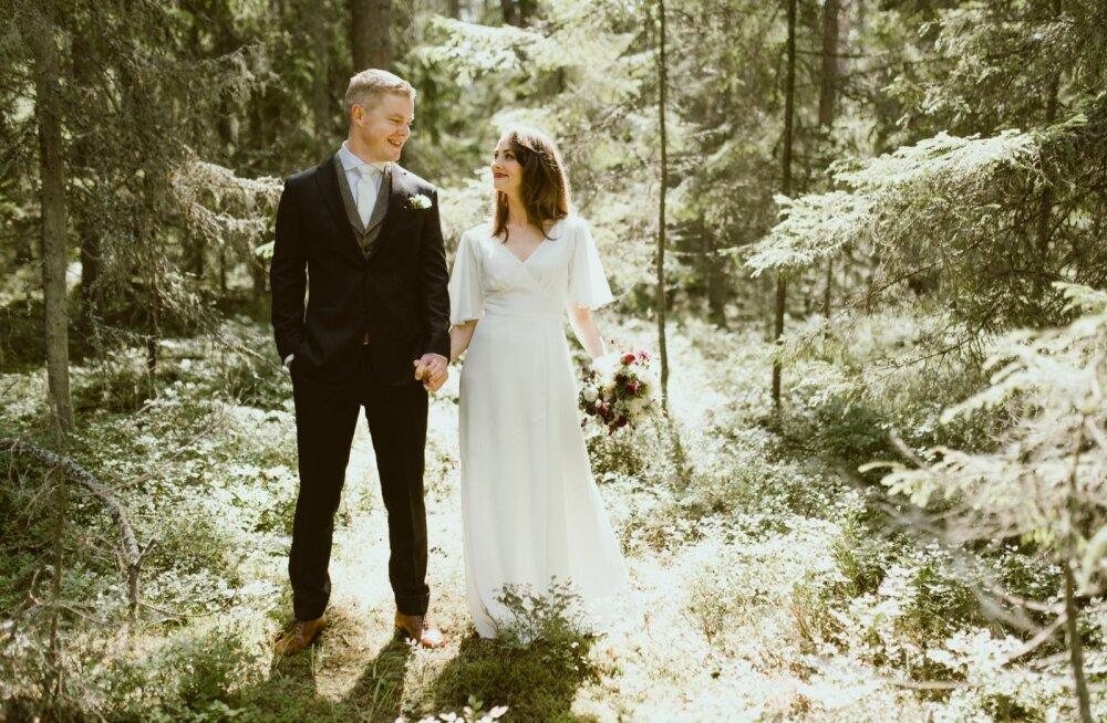 JAH-SÕNA ÜRGMETSAS Priit ja Maiken valisid pühaliku pulmatseremoonia toimumiskohaks Käsmu ürgmetsa, kus teineteisele loeti ette imekaunid abieluvanded.