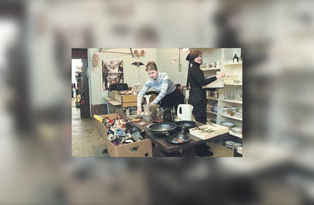 Rahvas rabab vanu lauanõusid ning Riga pesumasinaid