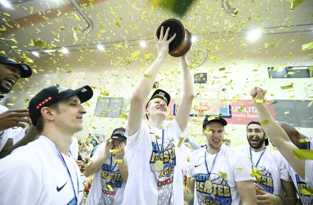 Kalev/Cramo on Eesti meister. Võidukarikat hoiab juubeldavatest meeskonnakaaslastest ümbritsetud tulevikulootus Matthias Tass.