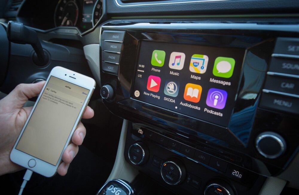 Apple CarPlay ja Android Auto ühendavad telefoni auto multimeediasüsteemiga ning pakuvad seeläbi spetsiaalselt autole välja töötatud kasutajaliidest, mis on turvalisem kui autoroolis telefoni kasutamine.