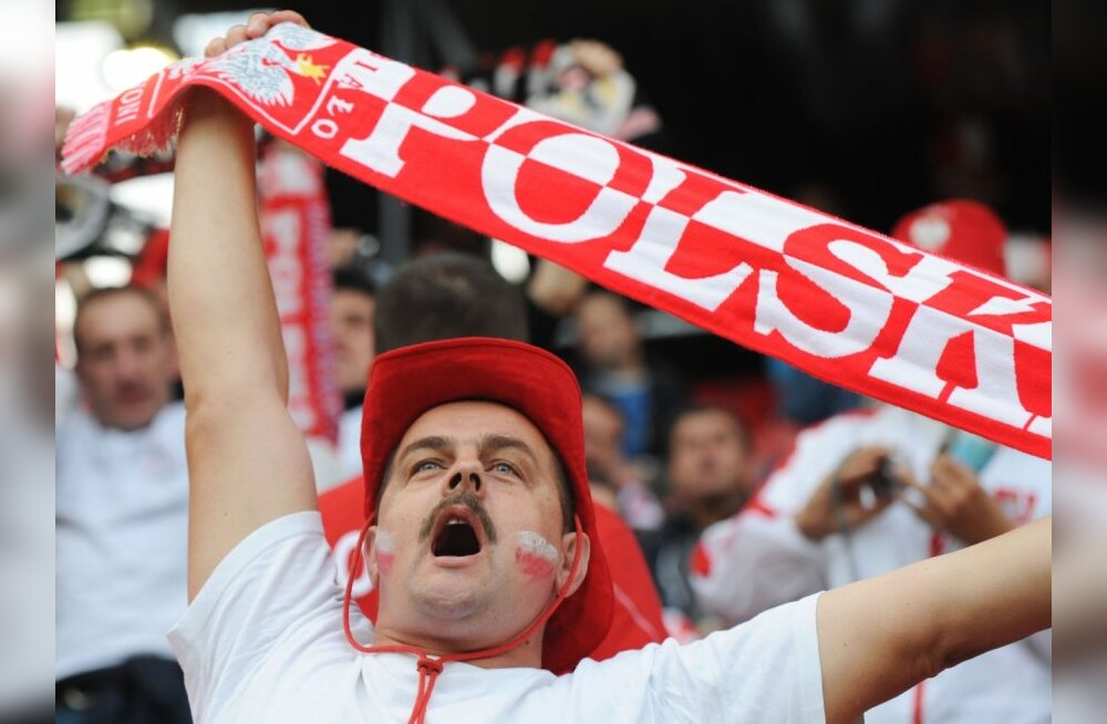 A Polish fan cheers before the Euro 2008 Championships Group B football match Poland vs. Croatia on June 16, 2008 at Woerthersee Stadium in Klagenfurt, Austria.    AFP PHOTO / HRVOJE POLAN    -- MOBILE SERVICES OUT --