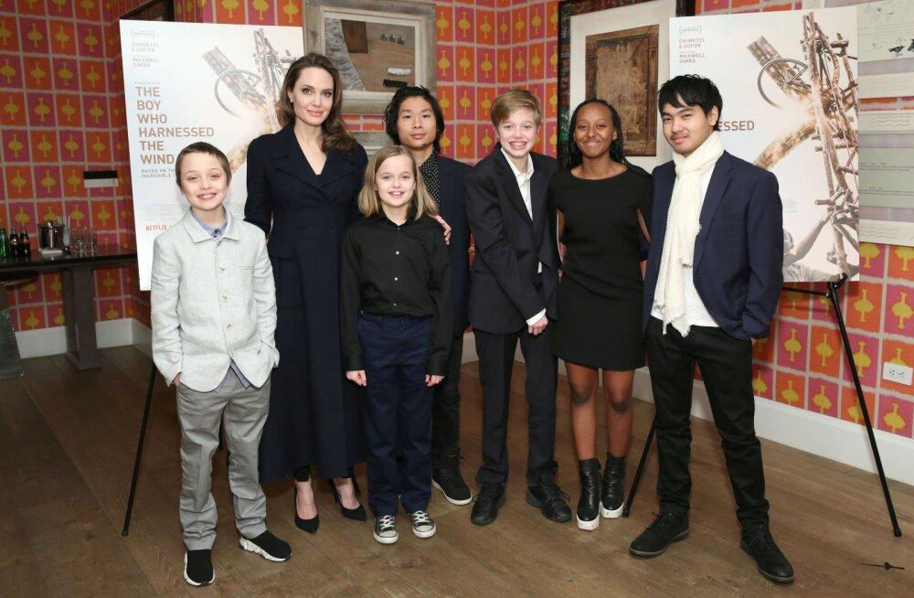 HARULDANE KLÕPS   Nii suured juba! Angelina Jolie käis kõigi oma lastega kinos