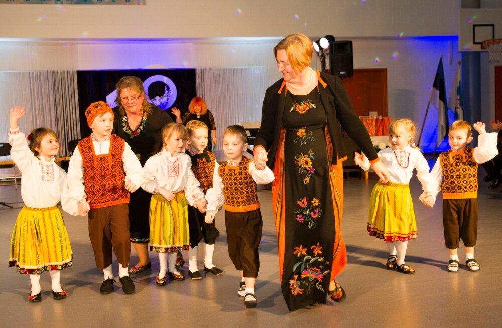 Muhu lasteaia tantsurühm esinemas koos oma kasvatajate Reet Hobust-koppeli ja Anne Keerdiga. Lapsi on nii palju juurde tulnud, et vahepeal lasteaia ruumidesse asunud maa-amet koliti soojakusse, et mudilastele ruumi teha.
