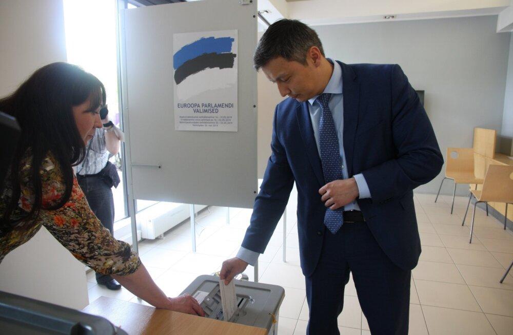 ФОТО: Михаил Кылварт проголосовал на выборах в Европарламент
