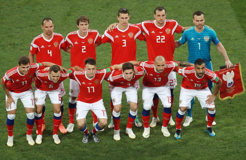"""""""Nende jaoks on see nagu duši all šampoon..."""" Sakslased imestavad aine üle, mida Vene jalgpallurid väljakule minemise eel kasutavad"""