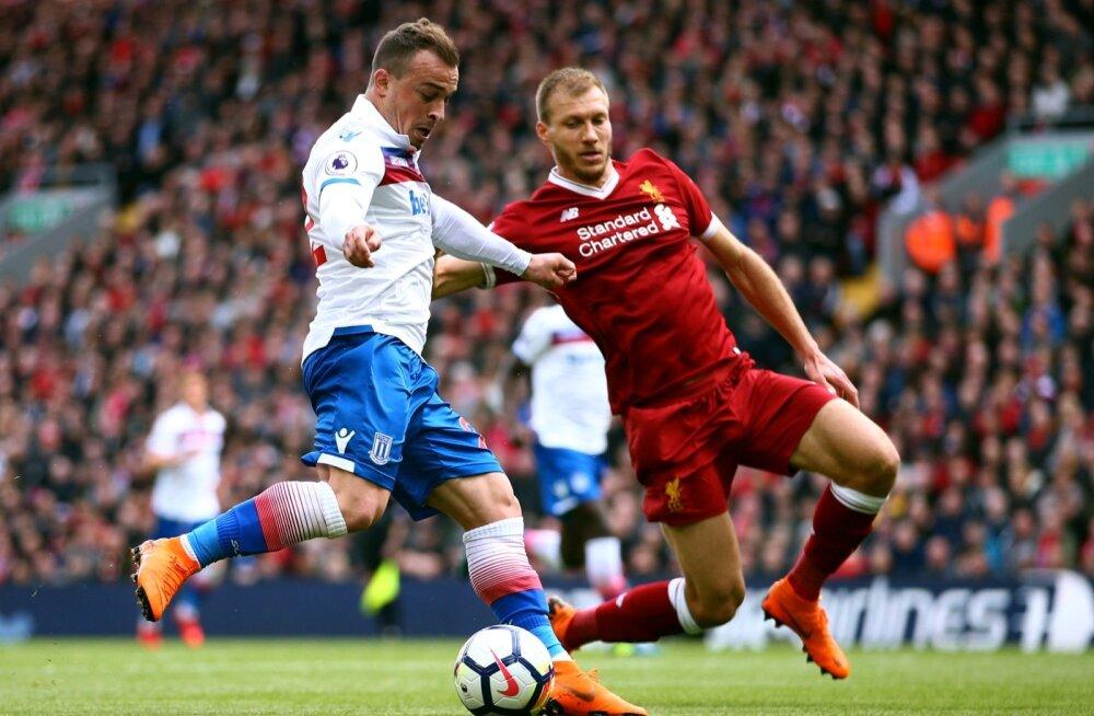 Ragnar Klavan on saanud Premier League'is vastaste ründajate takistamisega edukalt hakkama. Pildil ohjab ta Stoke City Šveitsi koondise staari Xherdan Shaqirit.
