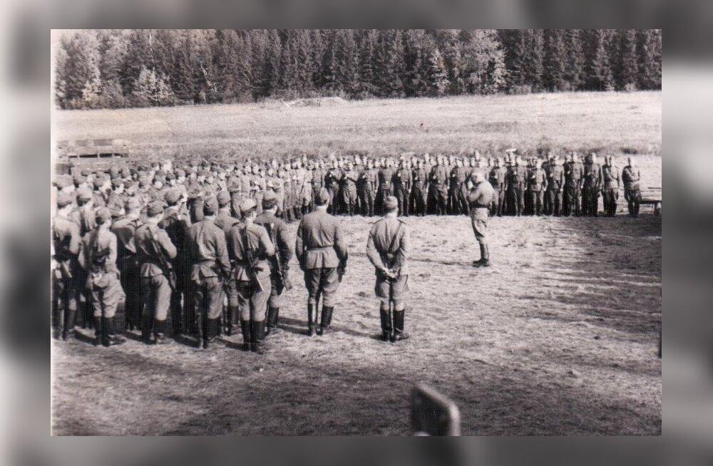 Eesti pataljon rivis, keskel pataljoni komandör kapten Vladimir Golikov. Pildil on näha ainult osa pataljoni. Metsapoolses rivis: 2. roodu komandör (seisab eraldi) vanemleitnant Gubenko, tema kõrval ta asetäitja leitnant Vladimir Pool.August 1968, Tšehhos