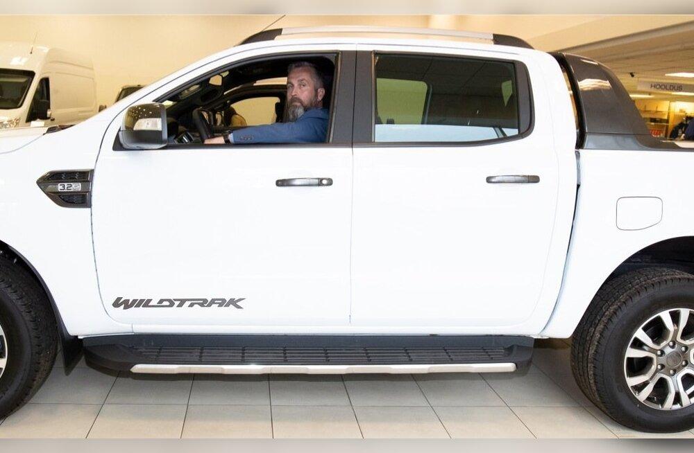 Info-Auto tarbesõidukite müügijuht Vambola Kurm Ford Rangeri roolis, mis ületab oma massiga kavandatavad piirangud.