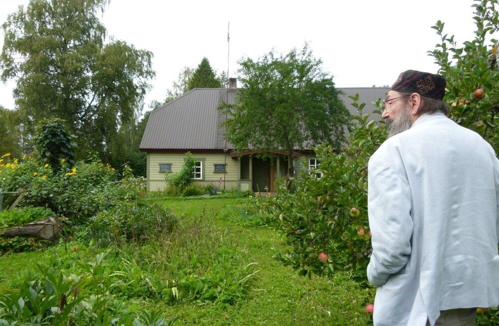 Peeter Volkonski palub mitte ehmuda, kui pererahvas ta oma õuelt leiab – midagi halba plaanis pole, käsil on suurmeeste sünnikohtade kaardistamine.