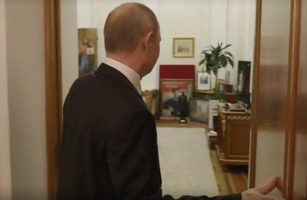 """VIDEO   Putin näitas ajakirjanikele oma """"salatuba"""" Kremlis"""