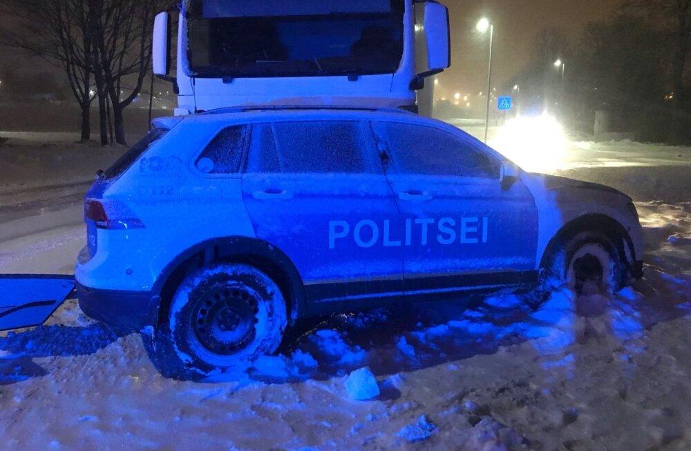 FOTO   Paldiskis põrkas veok kokku politseiautoga. Korravalvur sai viga