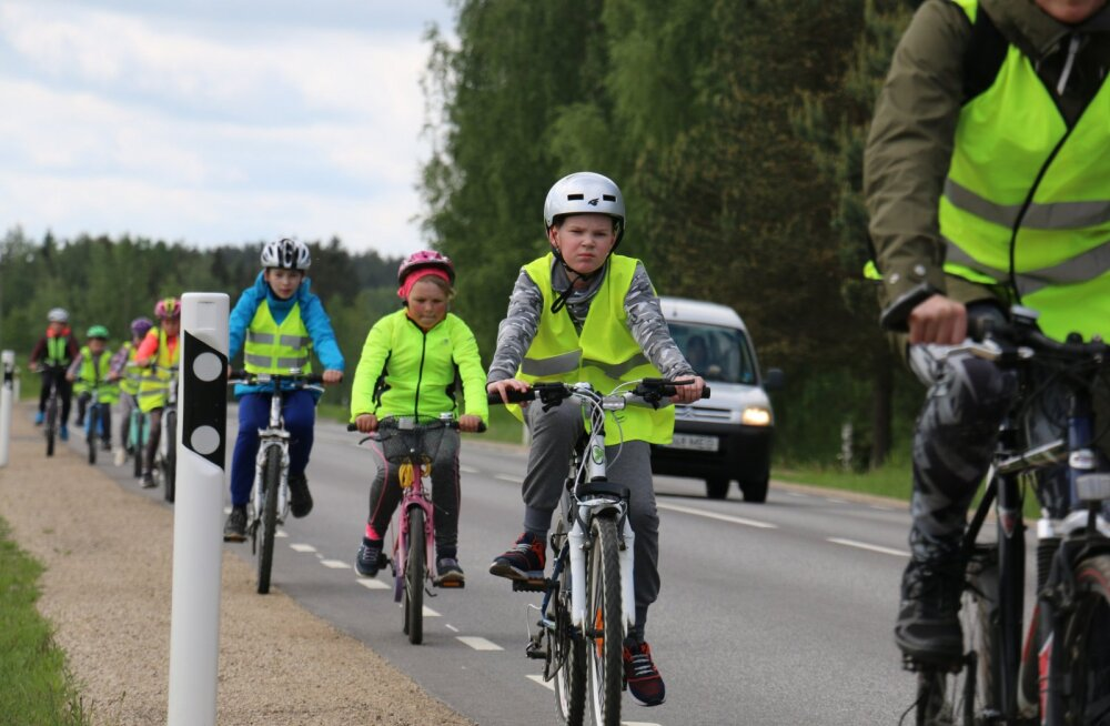 LAPSED RATTAGA MAANTEEL | Põlva mees korraldab igal aastal kohalikele lastele rattamatka maanteesõiduga