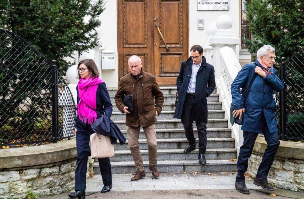 Rahvuvahelised uurijad eile lõunal Tallinnas prokuratuuri hoonest lahkumas. Kellega veel kohtuti, pole teada, kuid vähemalt esialgu mindi eri suundades.