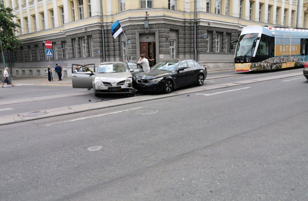 Liiklusõnnetus Tallinna kesklinnas Pärnu maantee ja Georg Otsa tänava ristmikul