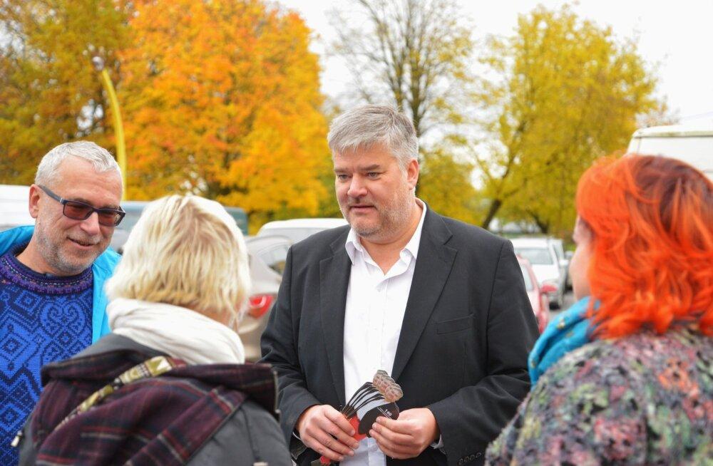 Erakonnad Viljandi turul valimispropagandat tegemas