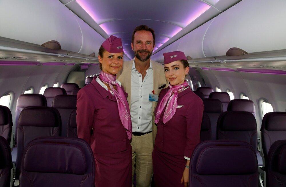 WOW Airi juhatuse esimees Skuli Mogensen 2017. aastal meeskonnaliikmetega nende esimese A321 neo kättesaamisel poseerimas.