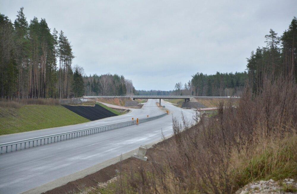 Vaade Kose-Risti uuele liiklussõlmele. Esmakordselt Eestis on tee varustatud radaritega, mis tuvastavad teele jooksnud metsloomad.