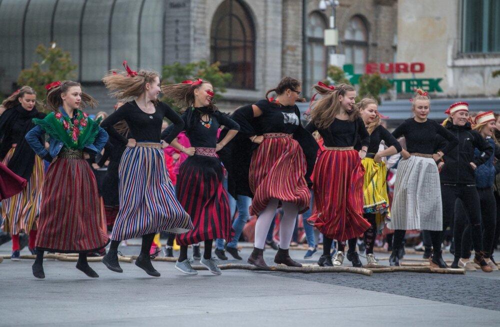 Spontaanne tants Vabaduse väljakul ärajäänud etenduse asemel