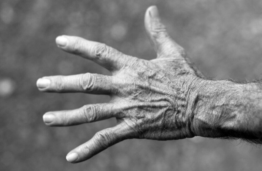 """""""Отец и мать виноваты сами и их не жалко"""". Что думают читатели RusDelfi о насилии над пожилыми родителями"""