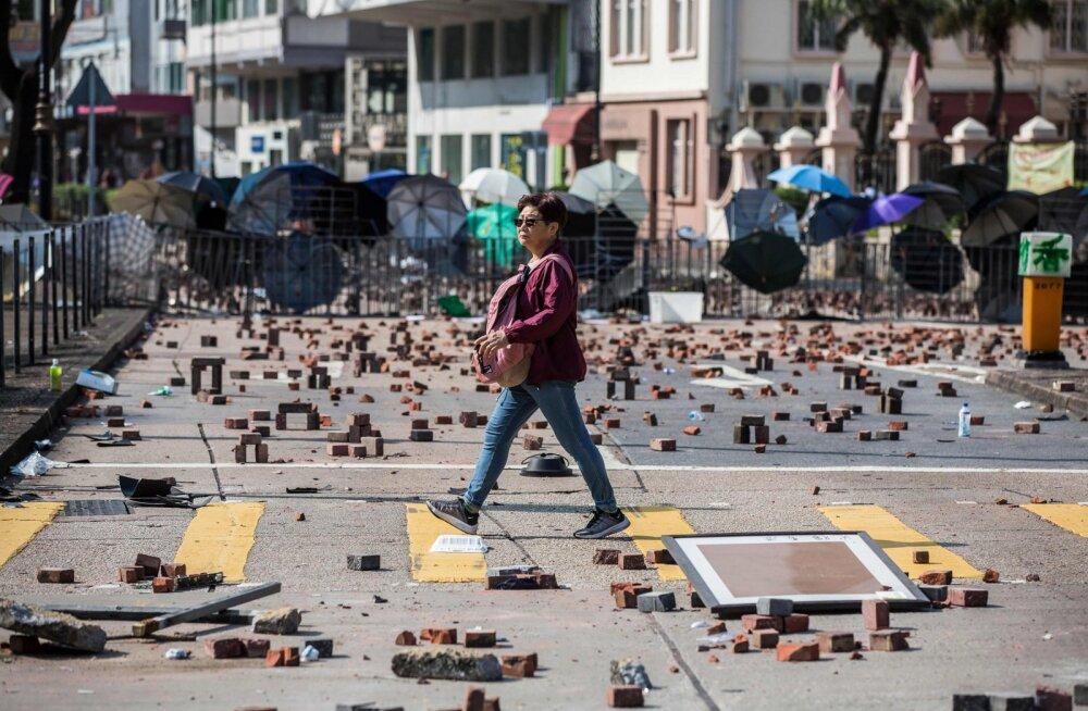 """Hongkongis suri rahutuste käigus """"raske esemega"""" pähe pihta saanud mees"""