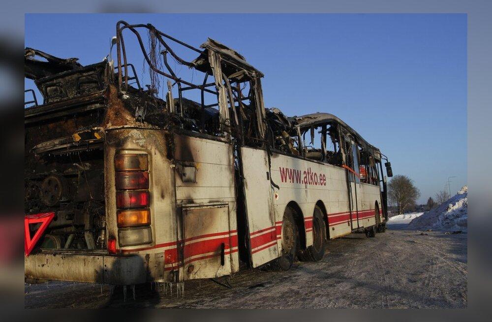 ВИДЕО и ФОТО DELFI: Сгоревший в Сауэ автобус увезли с места происшествия