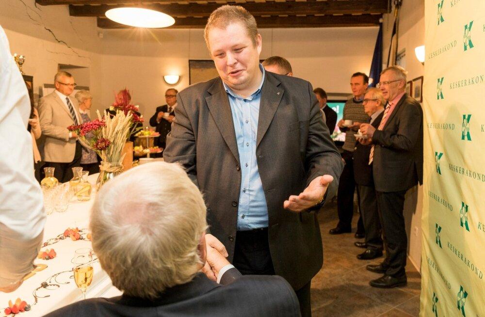 RÄÄGIVAD NAISTEST: Erki õnnitleb isa Edgarit möödunud aastal Keskerakonna 25. juubelil.