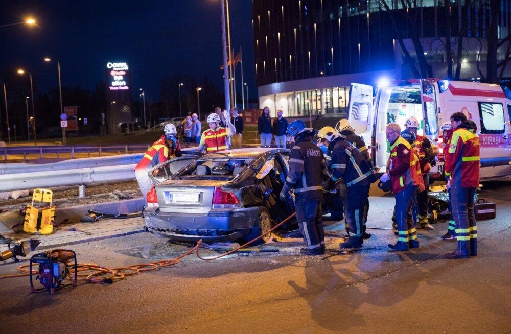 Purjakil seltskond põhjustas kaks avariid.