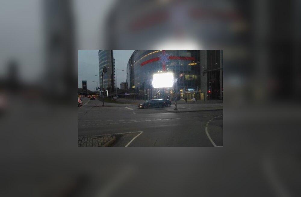 Tartu südalinnas häirib liiklejaid ere ja vilkuvaid reklaame näitav LED-ekraan