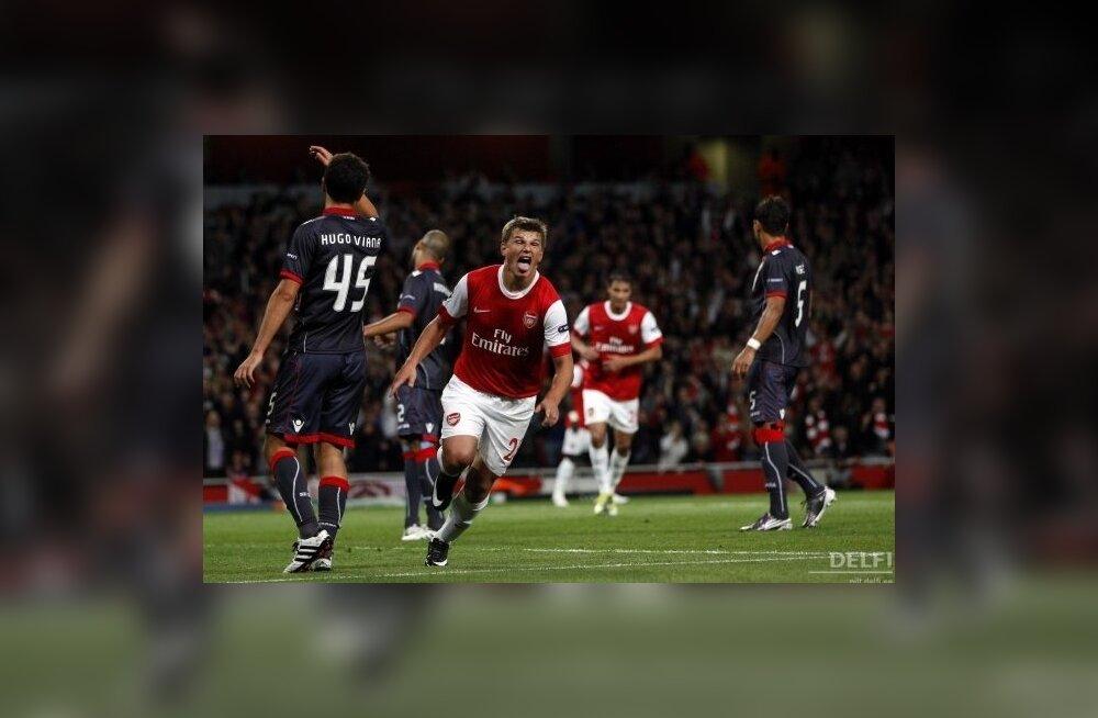Arsenali poolkaitsja Andrei Aršavin tähistamas väravat, jalgpall