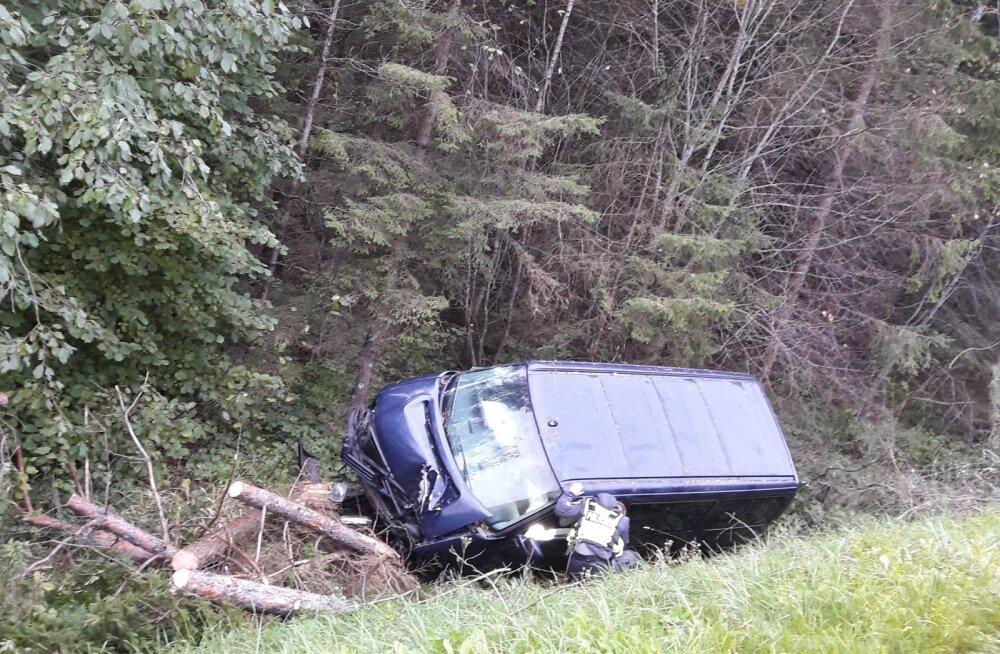 FOTO | Saue vallas sõitis roolis magama jäänud mees kaubikuga kraavi