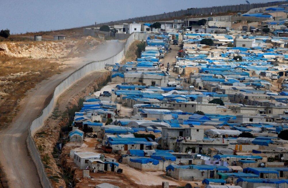 Süüria Idlibi provints (paremal) algab kohe Türgi püstitatud piiriaia taga.
