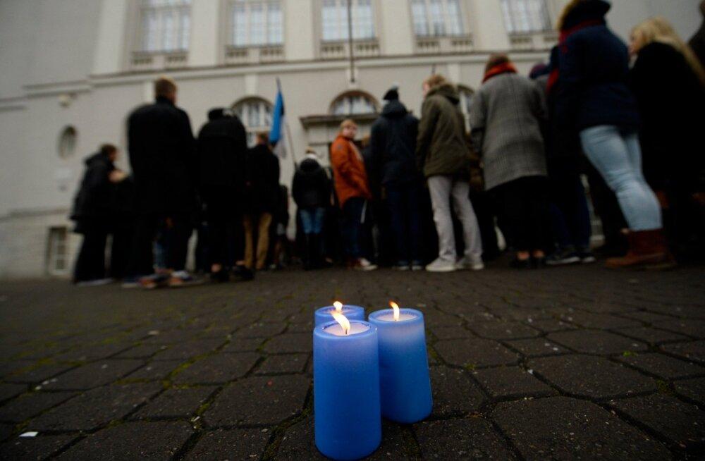 DELFI FOTOD ja VIDEO: 21. kooli õpilased mälestasid leinaseisakul Pariisi terrori ohvreid