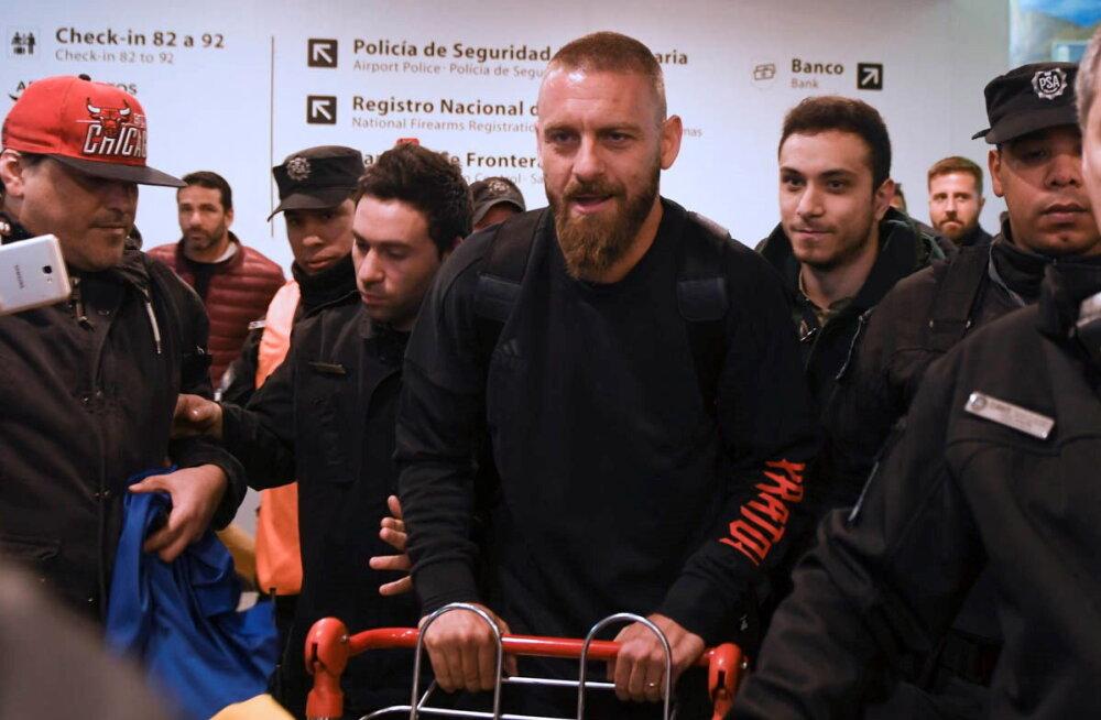 VIDEO | Boca Juniorsiga liitunud AS Roma legendi võeti lennujaamas suurejooneliselt vastu