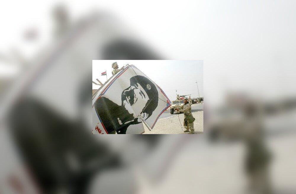 Iraak - merejalaväelased võtavad Saddami portreed maha
