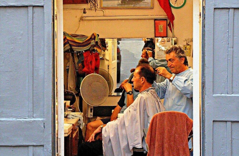 Meeleolukas reisifoto projekt jõuab näituseni: Anna-Kai Tõrs püüdis pildile meeste juuksurisalongide lõbusa elu