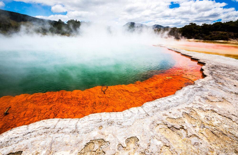 ВИДЕО: В Новой Зеландии появилась яма, выбрасывающая на десятки метров кипящую грязь размером с шар для боулинга