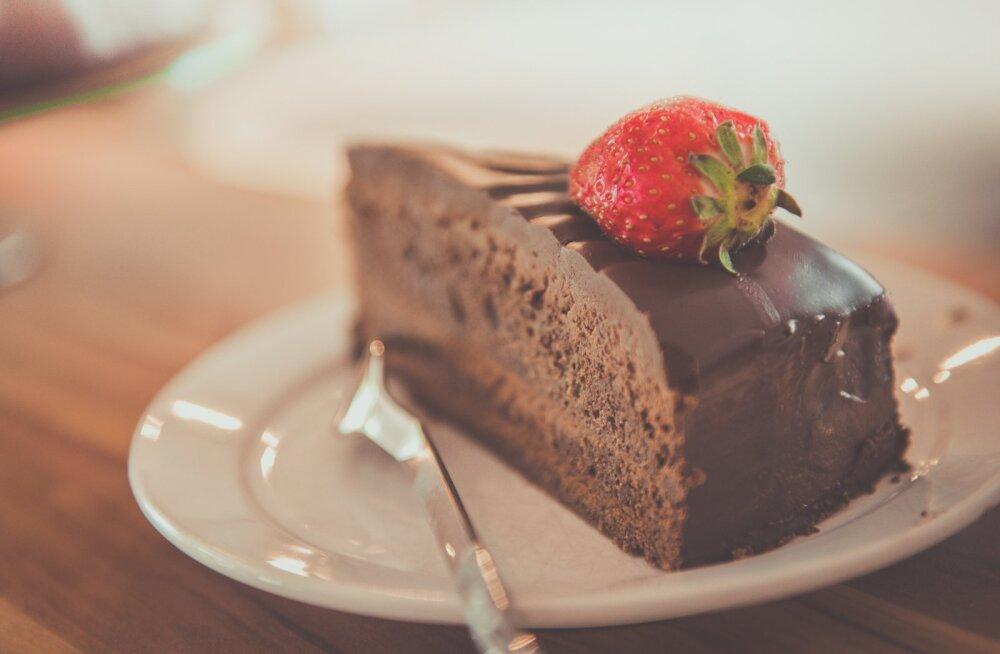 RETSEPT | Šokolaadine sünnipäevatort, mida passib hästi ka lõpetajale lauale panna