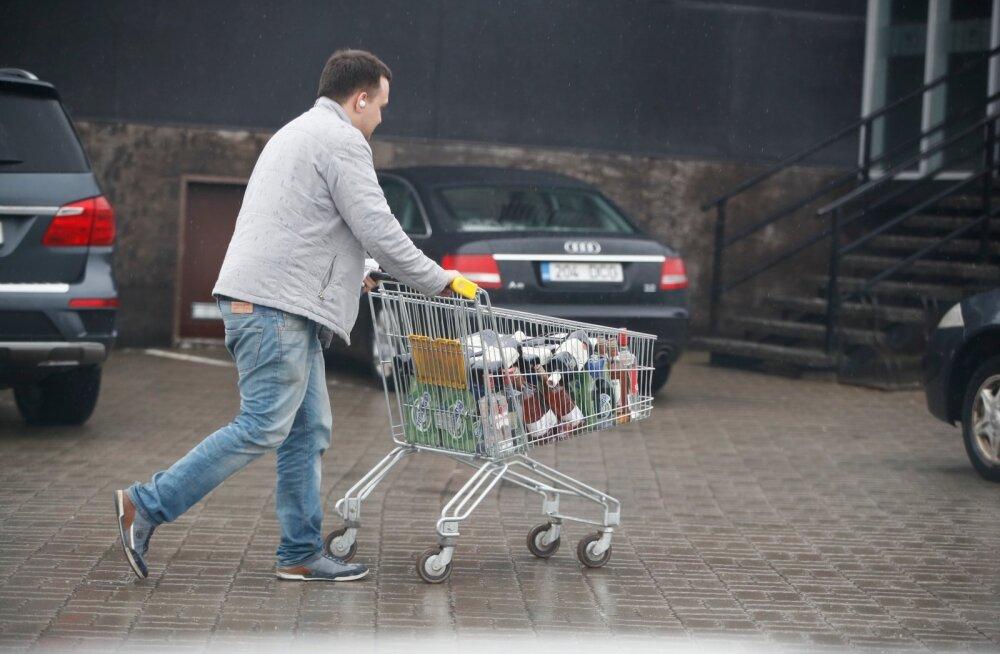 ФОТО | Правительство заговорило об ограничениях на продажу алкоголя. Люди ринулись в магазины скупать спиртное
