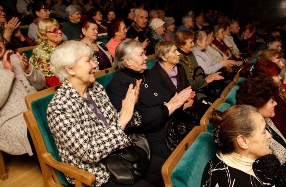 ФОТО: Город Кохтла-Ярве поздравил с праздниками своих ветеранов