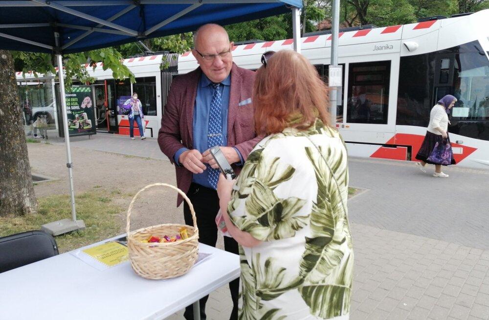 Старейшина Пыхья-Таллинна ведет приемы на свежем воздухе