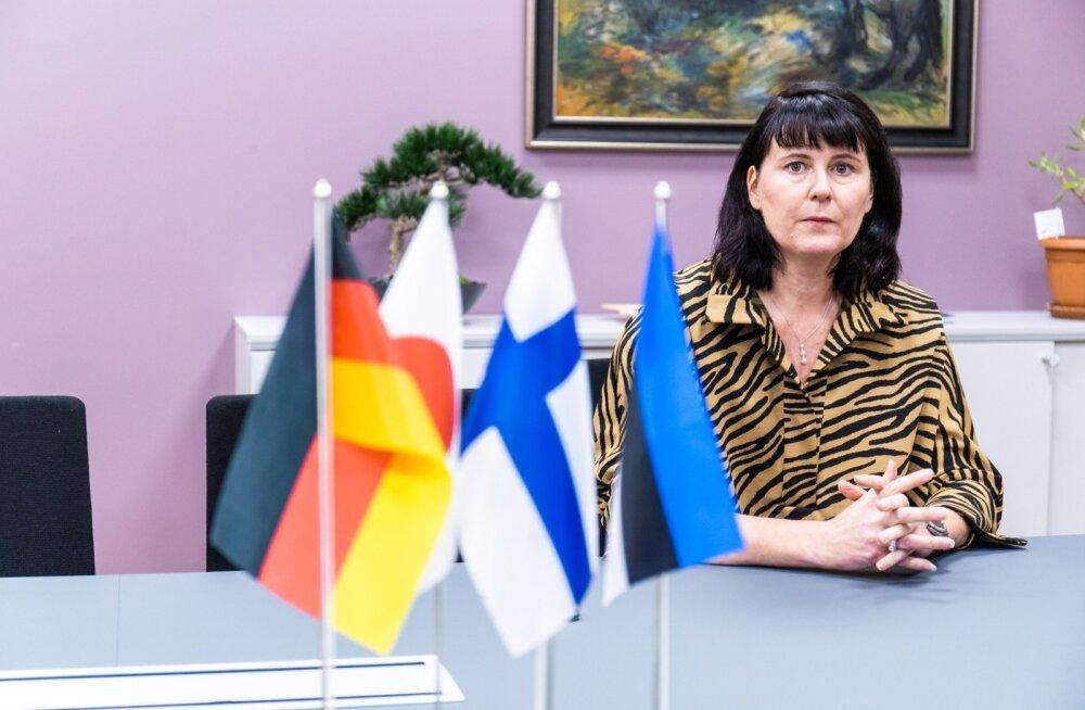 Mia Miettien Mäkineni firma Tallinna kontori koosolekuruumis, kust leiab kõigi nelja riigi lipud, millega ettevõte seotud on.
