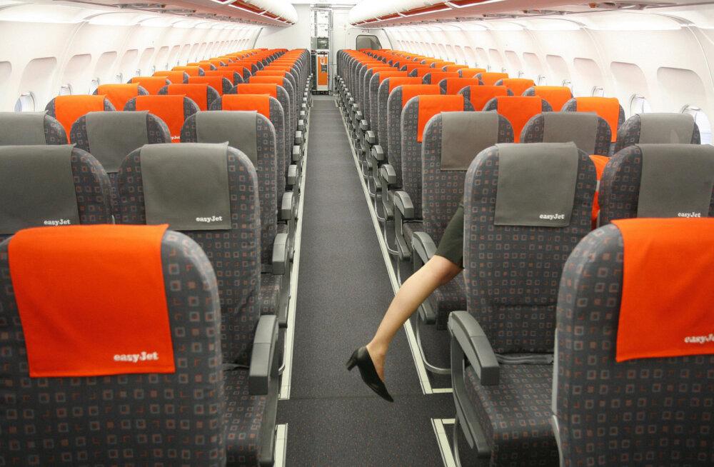 ФОТО: Пассажирку EasyJet засняли в кресле без спинки. В соцсетях раскритиковали авиакомпанию