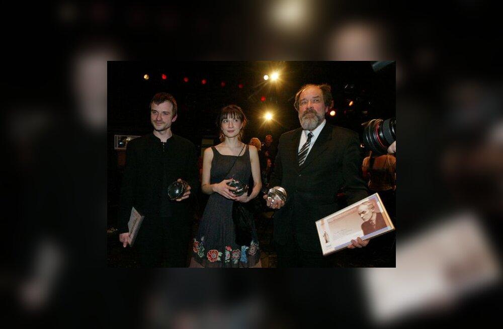 Isa vägev ja kaitsev vari   teatriauhindade võidu kohal